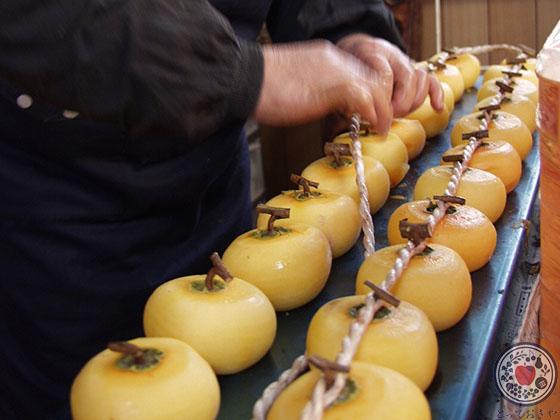あんぽ柿とは_産地で紐通し作業