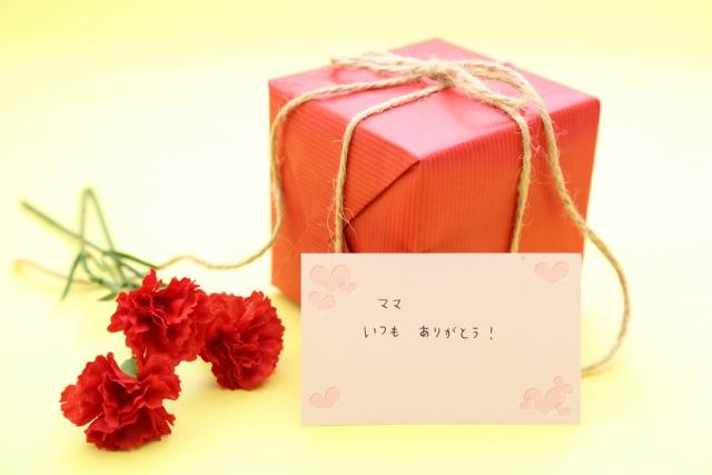 母の日_赤いカーネーションとプレゼント